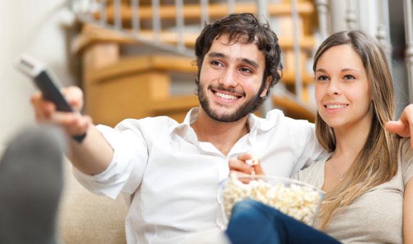 couple-regarde-tv-samsung-4k